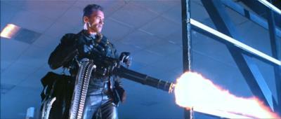 Il Terminator utilizza un gatling gun per spaventare la polizia