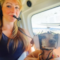 Un cane in elicottero viaggia insieme alla padrona.