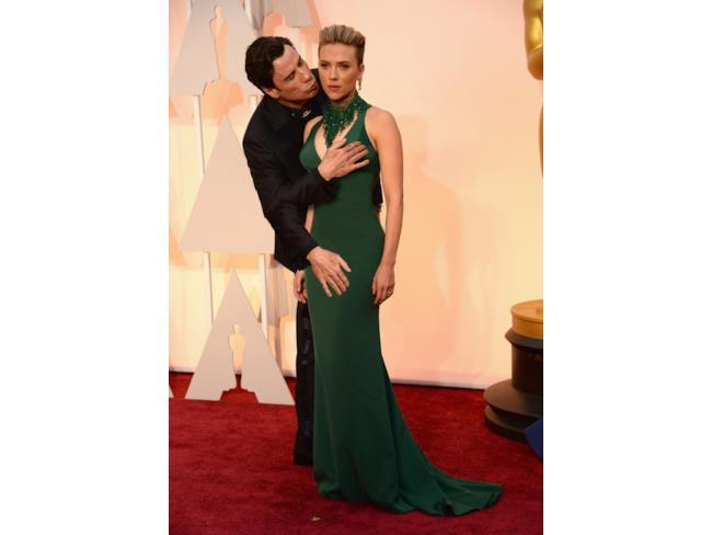 John Travolta bacia Scarlett Johansson e allunga le mani