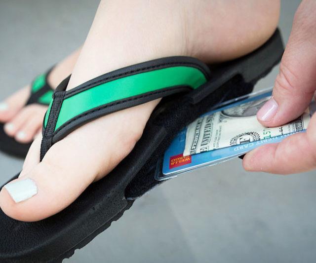 Delle banconote infilate nelle infradito portafoglio