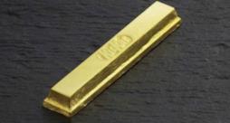 Una barretta KitKat avvolta da una carta d'oro 24 carati, disponibile da fine dicembre in Giappone
