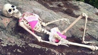 Uno scheletro in posa in costume