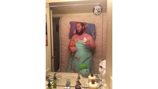 Ragazzo si fa un selfie in bagno come se fosse a letto