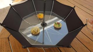 Un pasto pronto da gustare in un ombrello