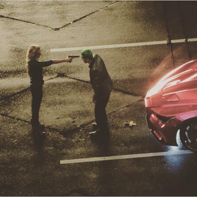 Harley Quinn minaccia il Joker con una pistola in Suicide Squad