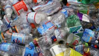 Diverse bottiglie di plastica vuote da smaltire