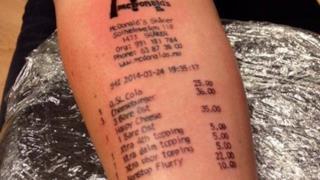 Tatuaggio di uno scontrino di McDonalds su braccio