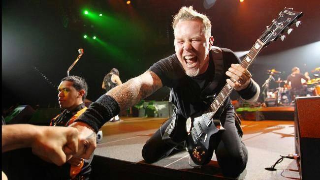 La foto di James Hetfield durante un concerto