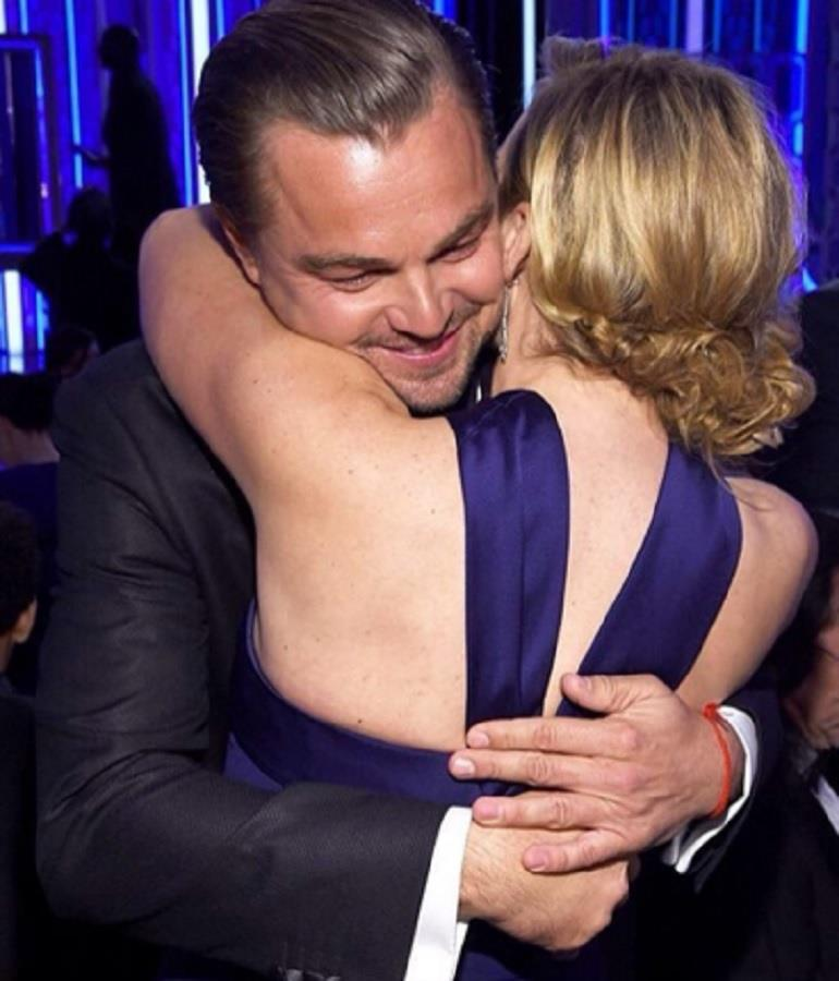 Leonardo di Caprio e Kate Winslet si abbracciano ai Golden Globes 2016