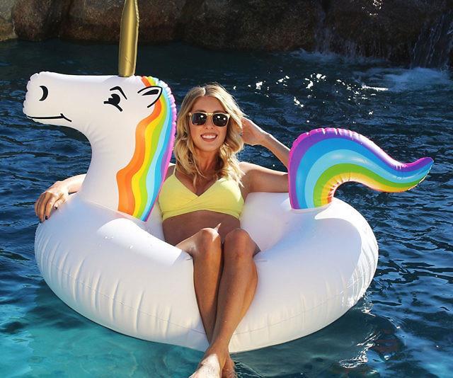 Il materassino unicorno usato in piscina