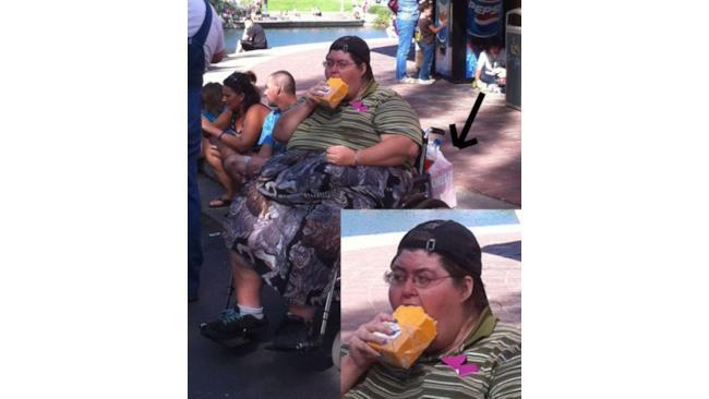 Una donna addenta un formaggio intero