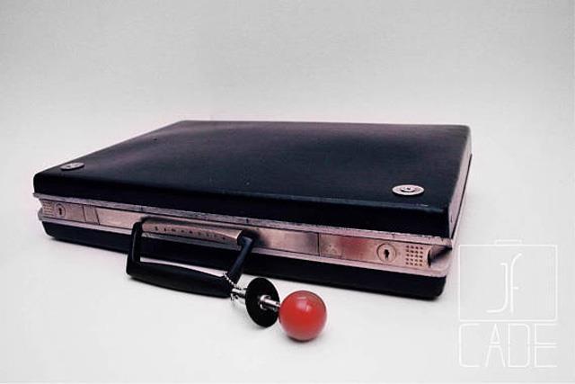 La valigetta chiusa sembra quasi un PC portatile