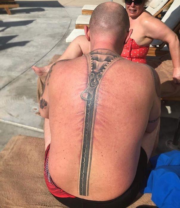 una cerniera tatuata sulla schiena - I peggiori tatuaggi mai realizzati