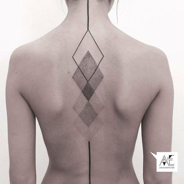 Un tatuaggio astratto per la schiena - Tatuaggi per la spina dorsale, i più belli per la tua schiena