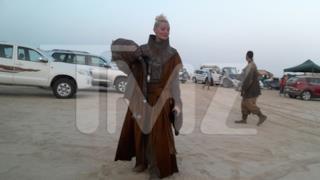 Foto di una comparsa in costume sul set di Star Wars 7