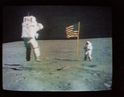 John Young saltella sulla Luna