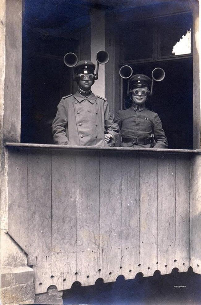 Immagine che raffigura due militari che usano il