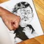 Il disegnatore colpisce il suo personaggio con un pugno violento