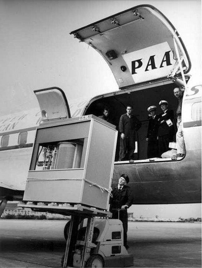 Immagine che raffigura un hard disk da 5MB caricato su un aereo