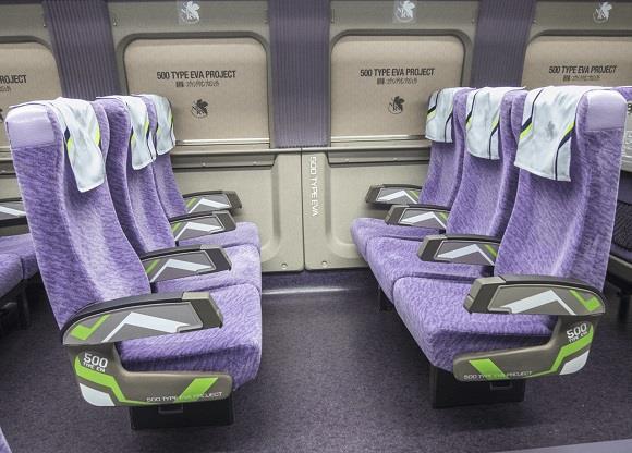 Gli interni del treno dedicato a Evangelion