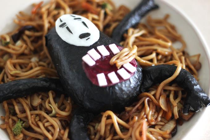 Un piatto di spaghetti allo Yakisoba con Senza Volto