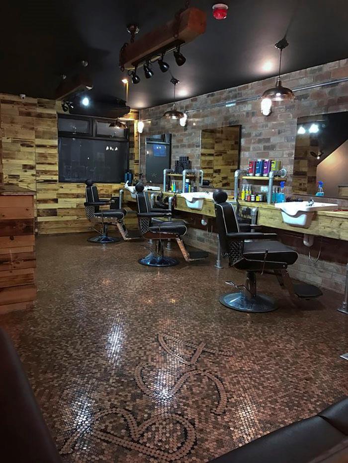 Panoramica del locale del giovane barbiere, con il pavimento ricoperto da 70mila penny!