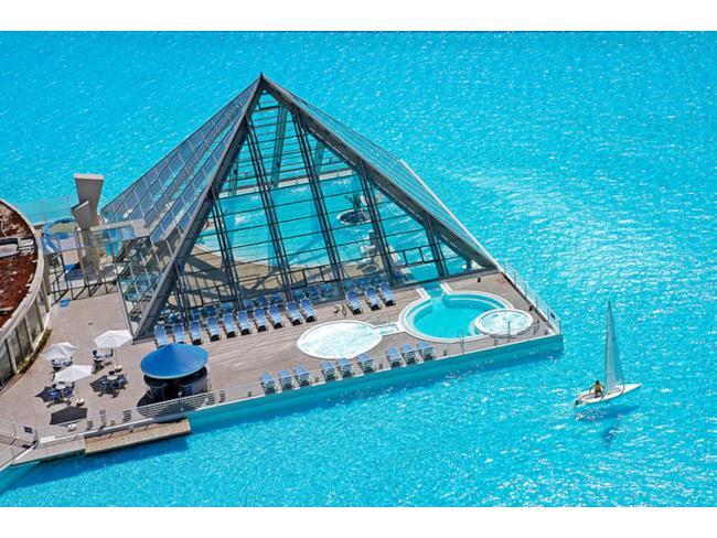 Porzione di piscina coperta da piramide di vetro