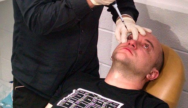 Gabriel Licina e il c6e iniettato negli occhi