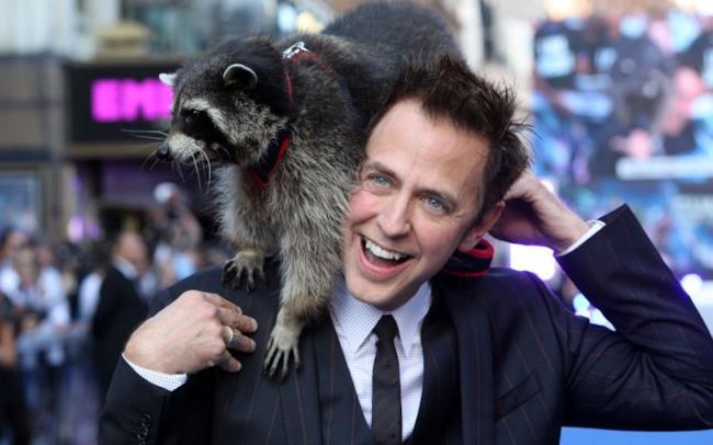 Il regista James Gunn in posa con un procione.