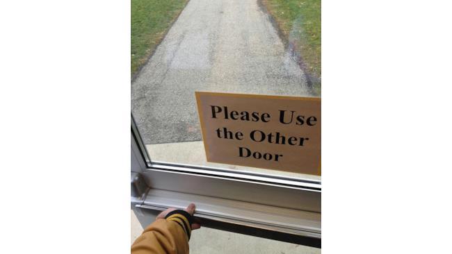 Per favore, usare l'altra porta