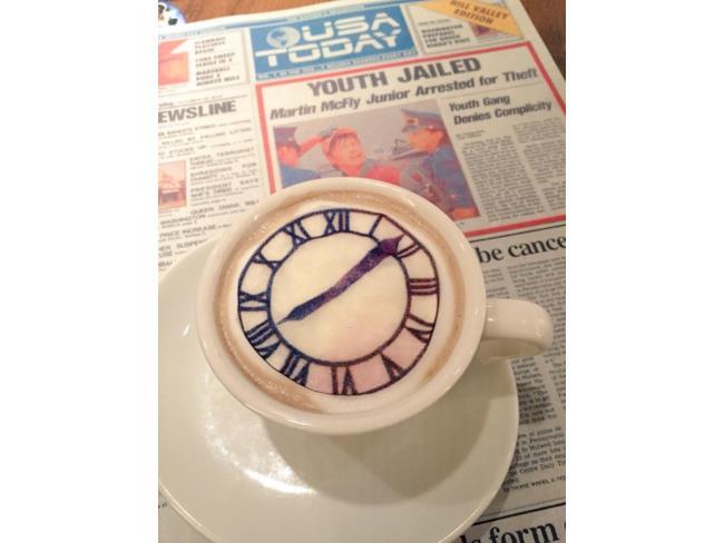 Il cappuccino con l'orologio di Ritorno al Futuro