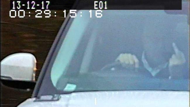 Uomo mostra dito medio agli autovelox