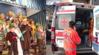 Bambini alla recita e un'ambulanza