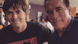 David Sandberg a sinistra e Arnold Schwarzenegger a destra