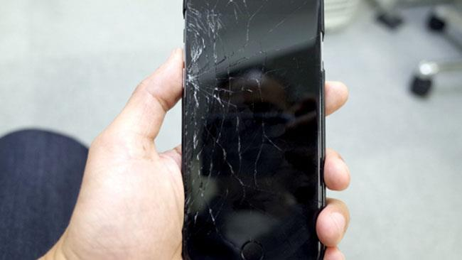Uno smartphone con lo schermo spezzato.