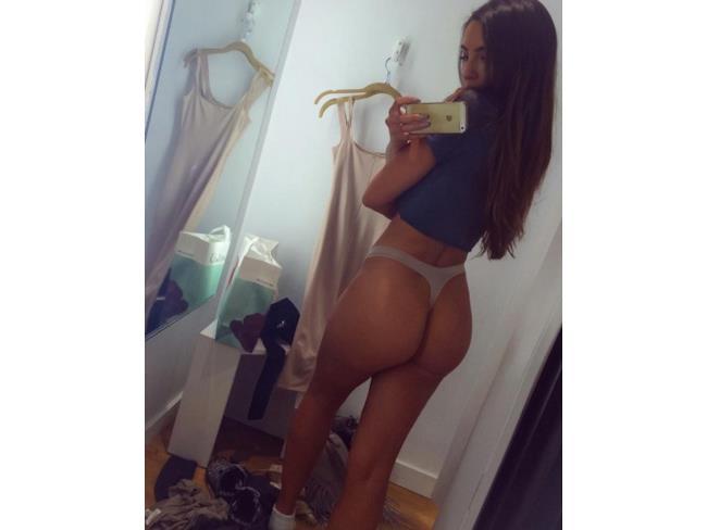 Selfie di una ragazza allo specchio in perizoma