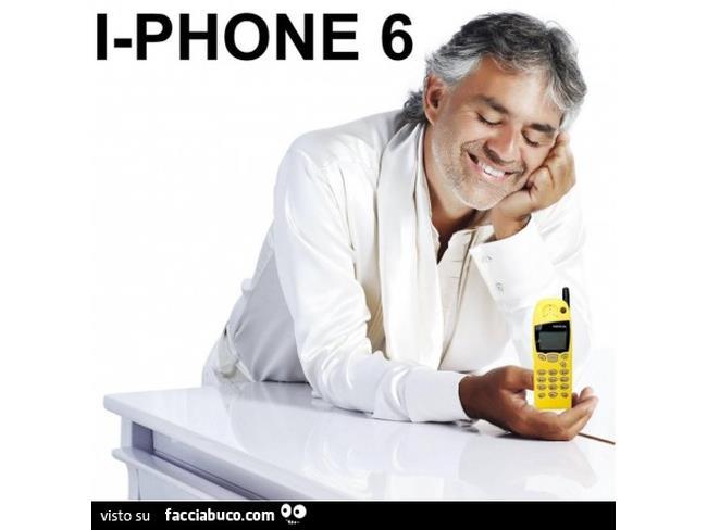 Meme di Andrea Bocelli con un telefono