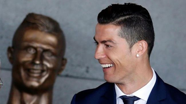 Cristiano Ronaldo ride nel vedere il primo busto realizzato da Emanuel Santos