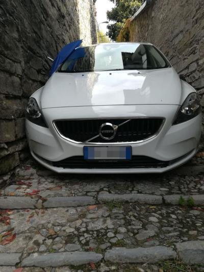 L'auto incastrata fra due muri