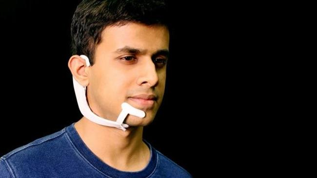Arnav Kapur, uno dei ricercatori del MIT, utilizza AlterEgo