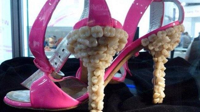L'orribile paio di scarpe coi tacchi ricoperti da denti