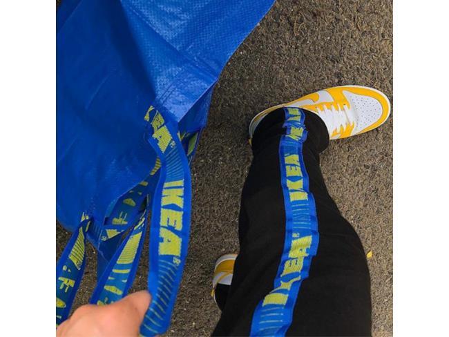 IKEA FRAKTA trasformata in un particolare di pantaloni