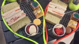 Un pasto servito su delle racchette da tennis