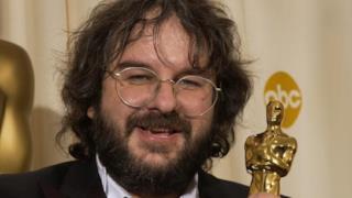 La foto del regista con il premio Oscar.