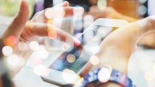 Un utente sta usando un iPhone - Sfondi animati, come usarli su iPhone