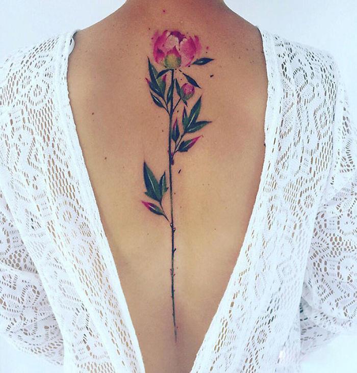 Un fiore tatuato sulla schiena - Tatuaggi per la spina dorsale, i più belli per la tua schiena