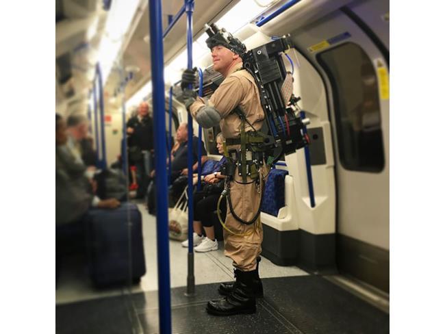 Un uomo vestito da ghostbuster