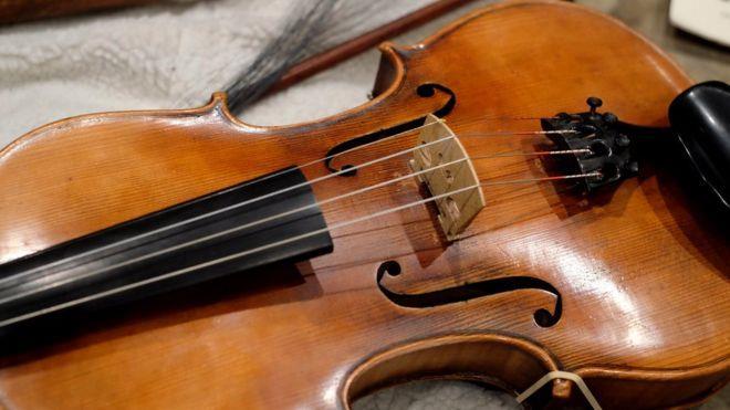 Foto delle corde di un violino