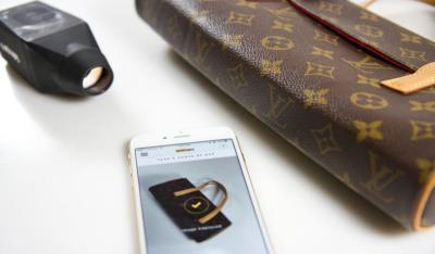 Entrupy e uno smartphone lavorano su una borsa
