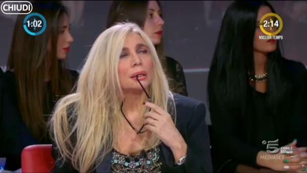 Mara Venier durante la performance di Rocco Siffredi